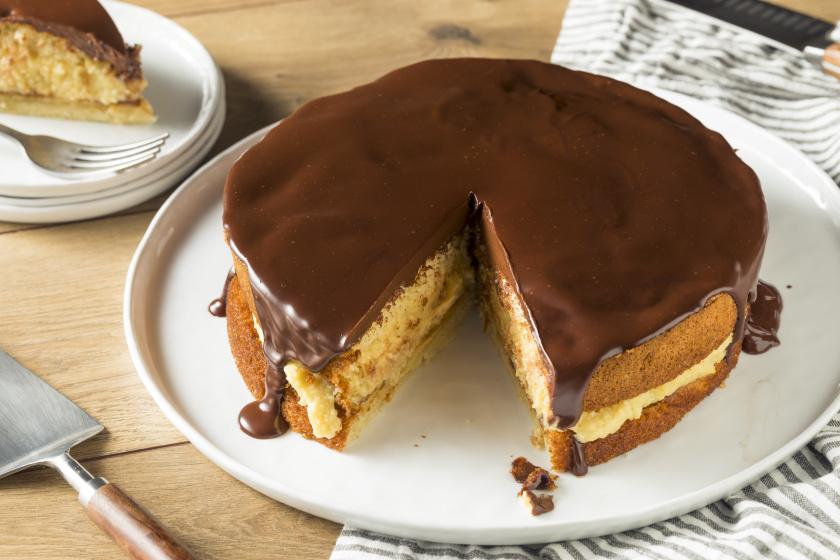 Mennyei vajas torta Amerikából: a Boston cake puha és finom csokimáz fedi