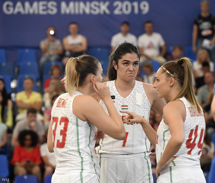 Benke Sára (b) Jahni Zsófia (k) és Böröndy Vivien a nők 3x3-as változatú Magyarország - Csehország kosárlabda-mérkőzés után a II. Európa Játékokon a minszki Pavlova Arénában 2019. június 21-én