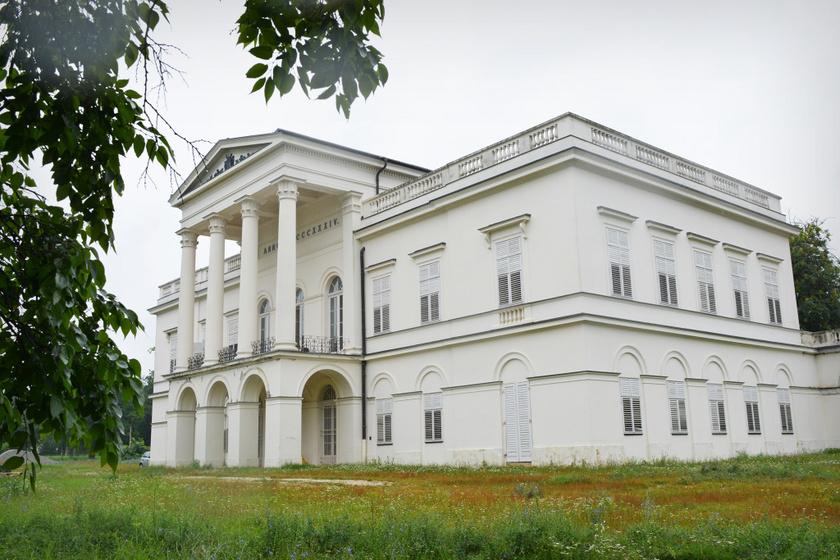 A bajnai Sándor–Metternich-kastély a klasszicista stílus képviselője. A főnemesi rezidencia főépületét, mellékszárnyait és a díszudvart helyreállítják, tematikus játszótér és élményközpontú kiállítás is nyílik Sándor Móric, azaz az Ördöglovas életéről.