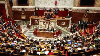 Belefáradtak a 41 000 módosítóba, bevállalták a bizalmatlansági indítványt