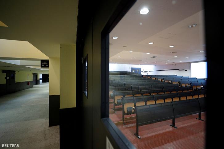 Üres terem egy milánói egyetemen 2020. március 2-án