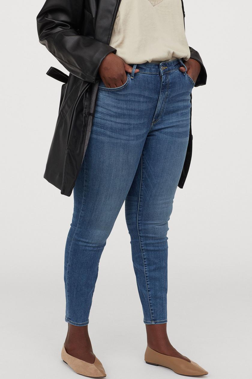 A H&M magas derekú farmerja egyszerű, mégis nagyon nőies, ráadásul szépen kiemeli az alakot, és karcsúsít is. 12 995 forintért vásárolhatod meg.