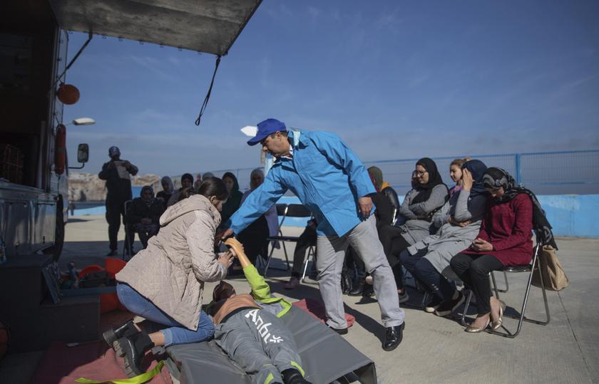 Marokkói asszonyok elsősegélynyújtó oktatáson vesznek részt a földközi-tengeri Belyounech faluban.