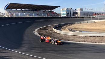 Szédületes, ahogy áthúz egy F1-kocsi a holland pálya döntött kanyarján