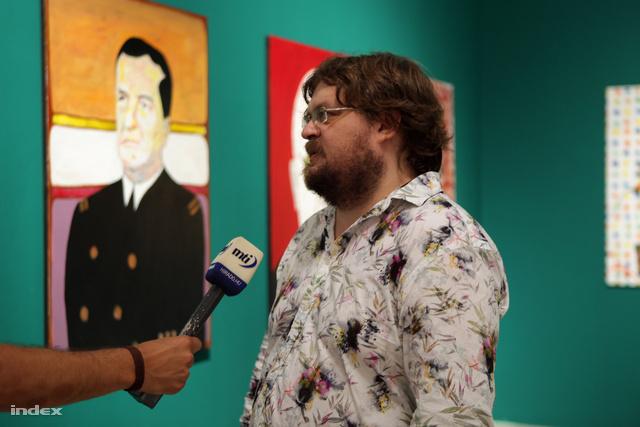 Gulyás Gábor, a Műcsarnok igazgatója Dr. Máriás festménye előtt