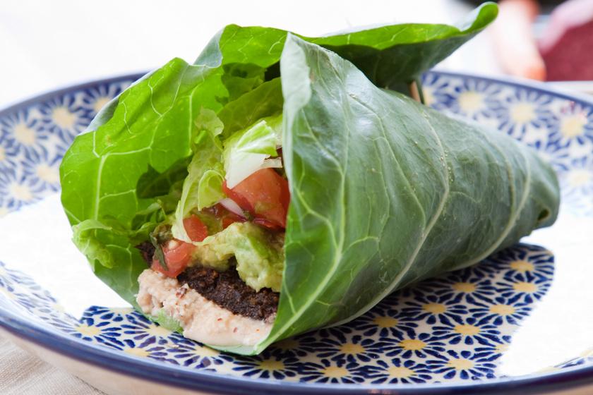 A tortillában az a jó, hogy bármit bele lehet pakolni - viszont a tésztája sok kalóriát tartalmaz. A kedvenc feltétek maradhatnak, viszont érdemes egy salátalevéllel körbetekerni az egészet - ugyanolyan finom lesz!