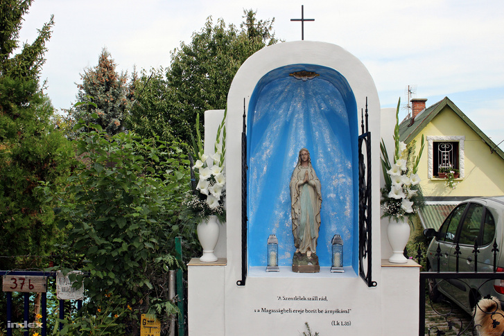 A tahitótfalui Szűz Mária szobros oltár, amelyet Dros Róbert állíttatott