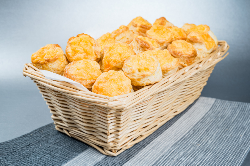 Sajtos, krumplis pogácsa pillekönnyű kelt tésztából: sokáig friss, puha