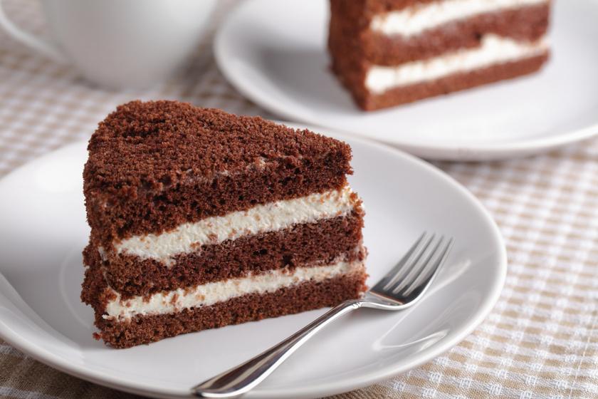 Emeletes kakaós piskóta tejszínes krémmel töltve: akár torta is lehet