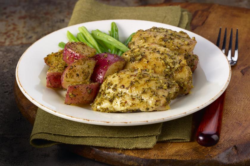 Zöldfűszeres csirke vele sült retekkel: omlós hús, roppanós köret