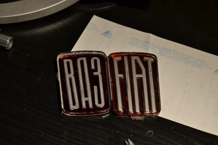 Az eredeti Fiat-jel után készült VAZ-embléma