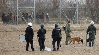 Fegyverrel zavarják át a törökök a menekülteket a görög határnál