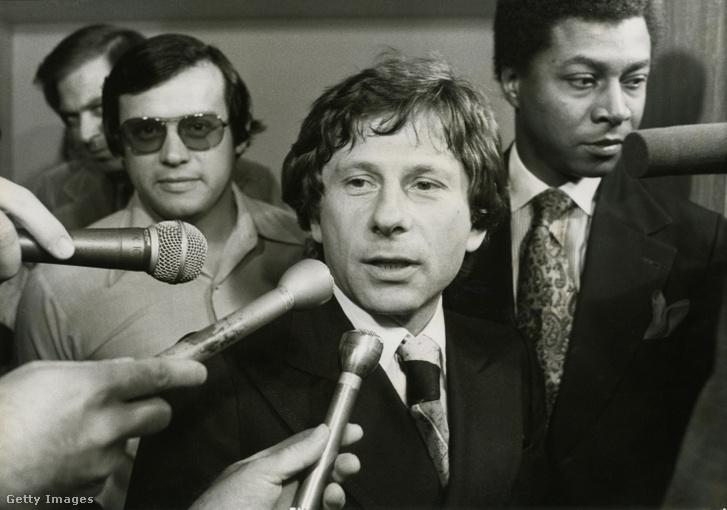 Polanskit kérdezik az újságírók 1977 körül a bíróságon Santa Monicában