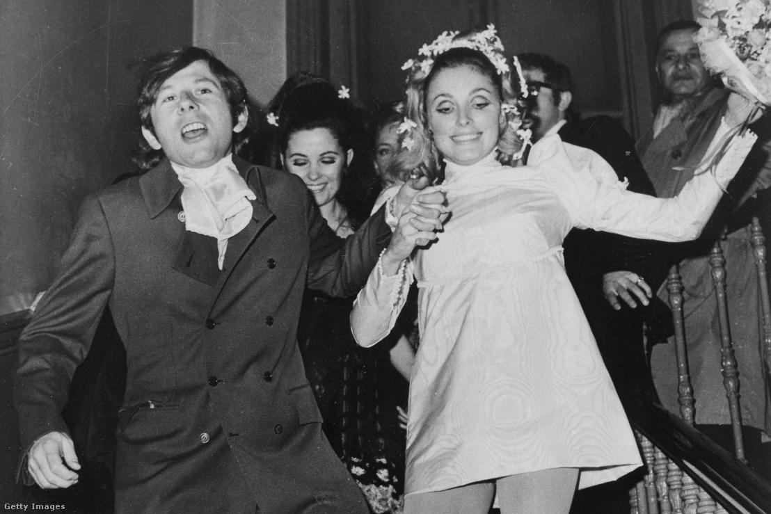 Sharon Tate és Polanski sétálnak le a lépcsőn esküvőjükön 1968. január 20-án Londonban. Sharont 1969. augusztus 9-én megölte a Manson család egyik tagja.