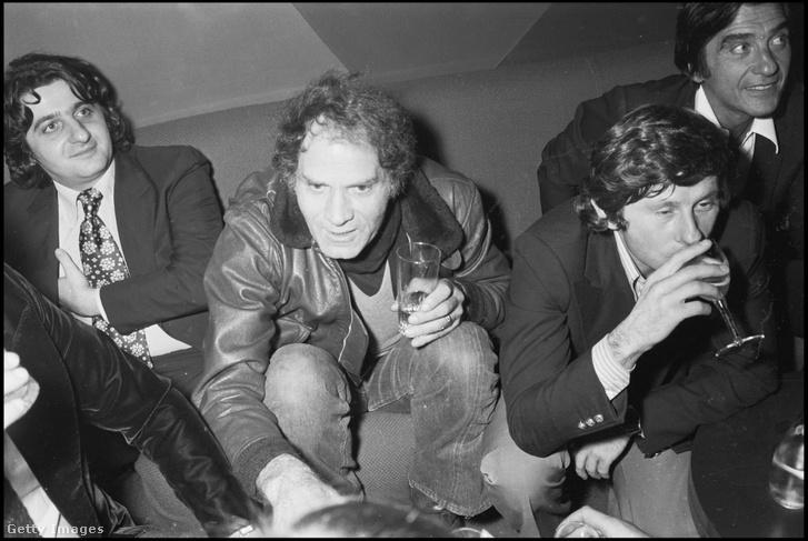 Roman Polanski (jobbra) egy párizsi bulin Jean-Pierre Rassam és Christian Marquant társaságában 1976-ban