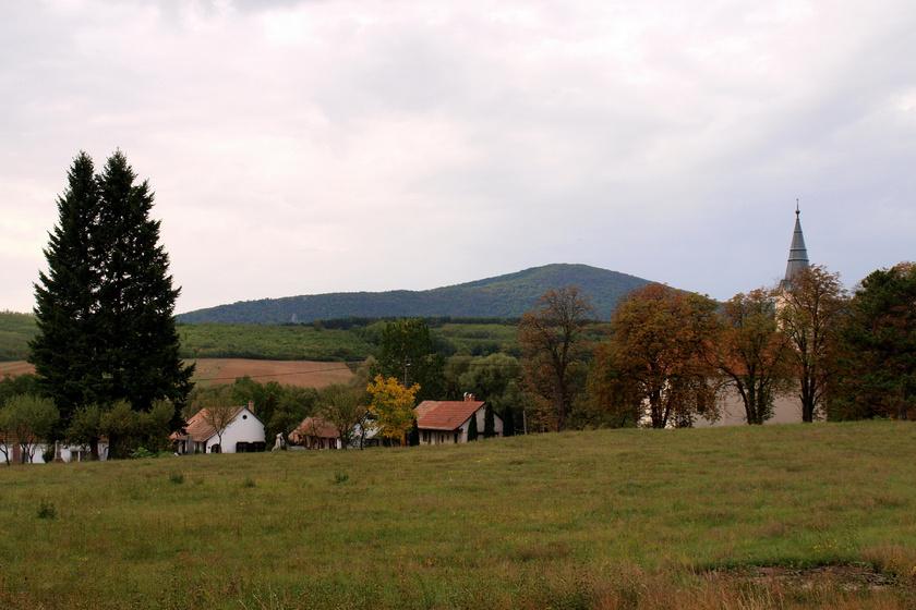 Imádják a túrázók a 300 fős kis magyar falut: Ősagárd a kéktúra útvonala mentén bújik meg