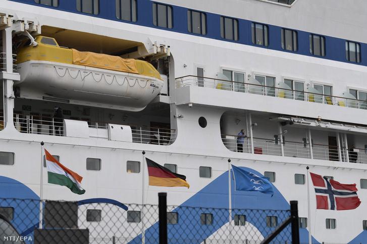 Az Aida Aura német luxushajó a norvégiai Haugesund kikötőben várakozik, miután két utasnál a koronavírus-fertőzés tüneteit észlelték 2020. március 3-án. A hajó nem hagyja el a kikötőt addig, amíg a vizsgálatok eredménye meg nem érkezik.