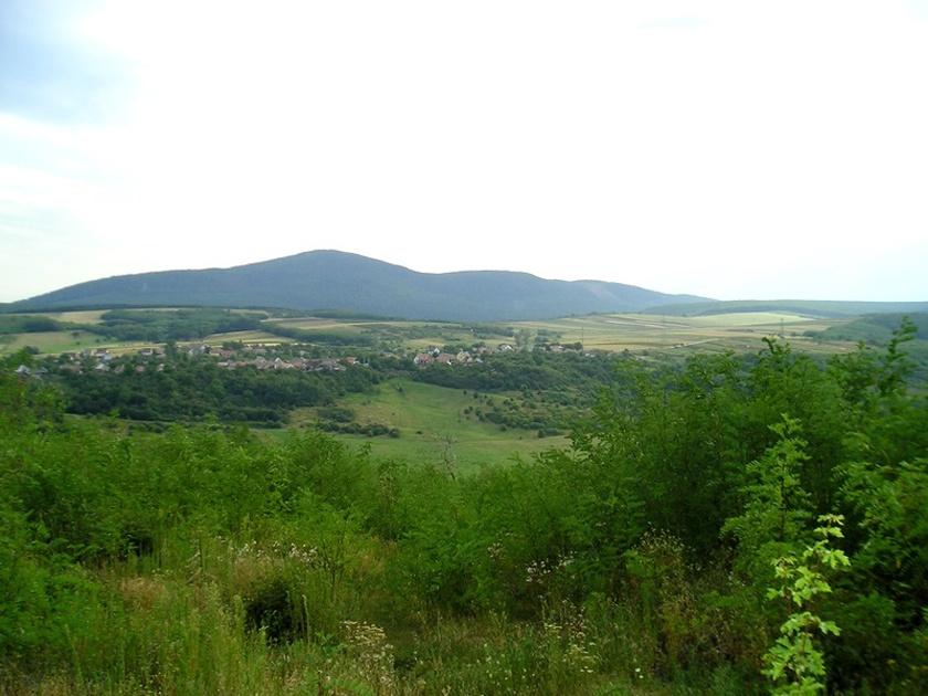 Ősagárd a Cserhát apró gyöngyszeme szó szerint egy karnyújtásnyira a természettől. A település a 15. században a Szanda várához tartozott, később a Szapolyaiak, majd a Werbőczyek kezében is volt.