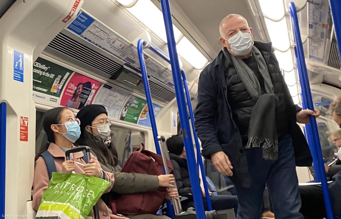 Maszkot viselő emberek londoni metróban 2020. március 2-án. A koronavírusos esetek elérték a 40 főt Angliában.