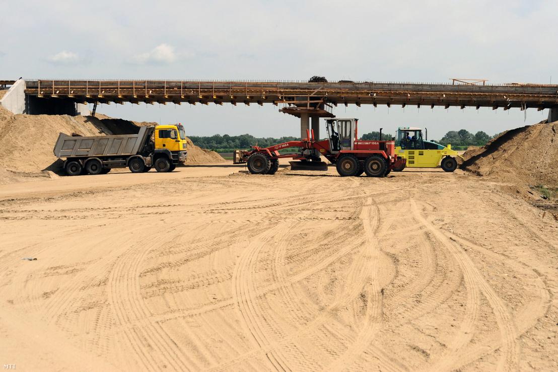 Munkagépek elzárják az M43-as autópálya munkaterületét Szeged határában ahol a Szeviép Zrt. az autópálya építésében és más beruházásokban résztvevő alvállalkozói tüntetnek. A cégek azért demonstrálnak mert - állításuk szerint - az építőipari vállalkozás mintegy 3 milliárd forintnyi befogadott számla kifizetésével maradt adós.