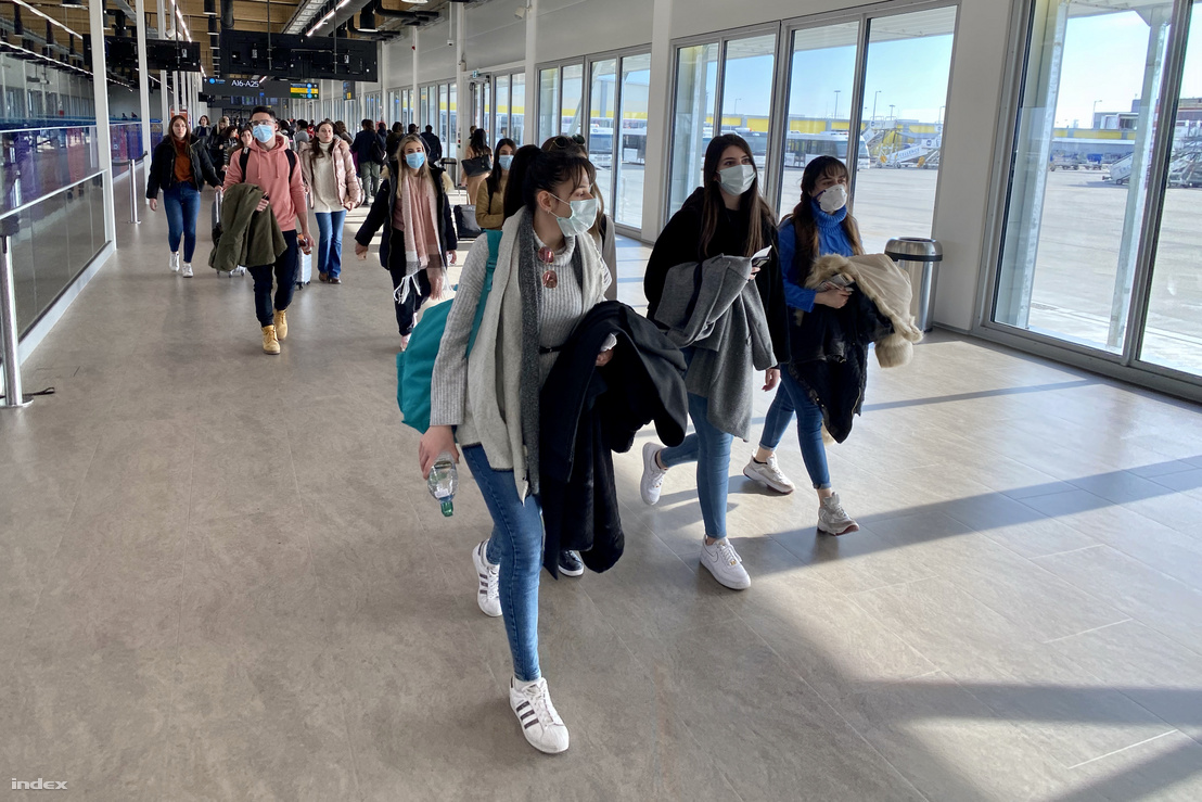 Utasok a Liszt Ferenc repülőtéren 2020. február 25-én