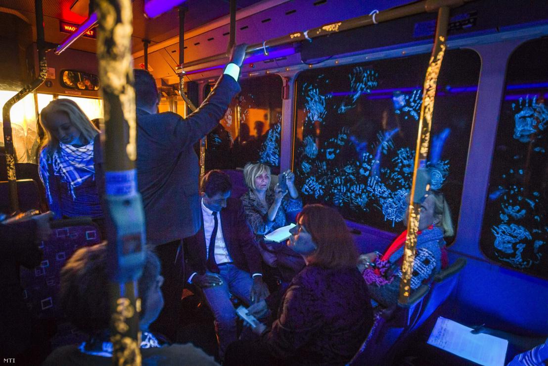 Preparált autóbusz amely az influenzajárványos időszak veszélyeit szemléltetik