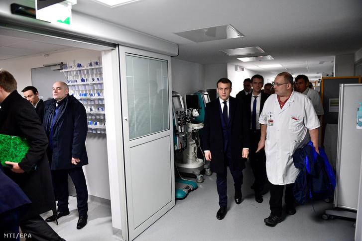 Emmanuel Macron francia elnök (k) meglátogatja a Pitie-Salpetriere kórházat Párizsban 2020. február 27-én. Ebben a kórházban halt meg a tüdőgyulladást okozó új koronavírus első francia áldozata