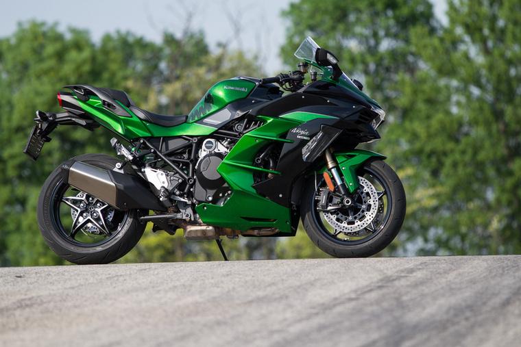 Kawasaki H2 (H2, H2R, H2 SX):                          Nagy gondban voltam, amikor láttam, hogy a kompresszoros Kawasaki a harmadik lett a listán