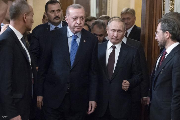 Recep Tayyip Erdogan és Vlagyimir Putyin sajtóértekezletre érkezik a moszkvában folytatott tárgyalásuk után 2020. március 5-én.