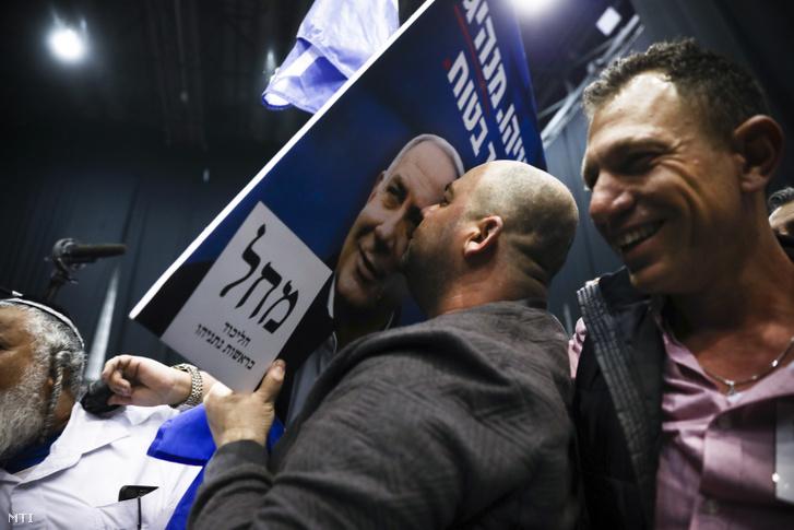 Benjámin Netanjahut ünneplik támogatói a párt eredményváró rendezvényén az izraeli választások estéjén 2020. március 2-án