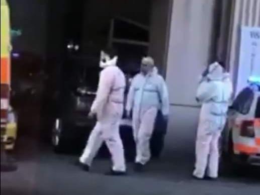 Vegyvédelmi ruhás mentősök a Kálvin téren