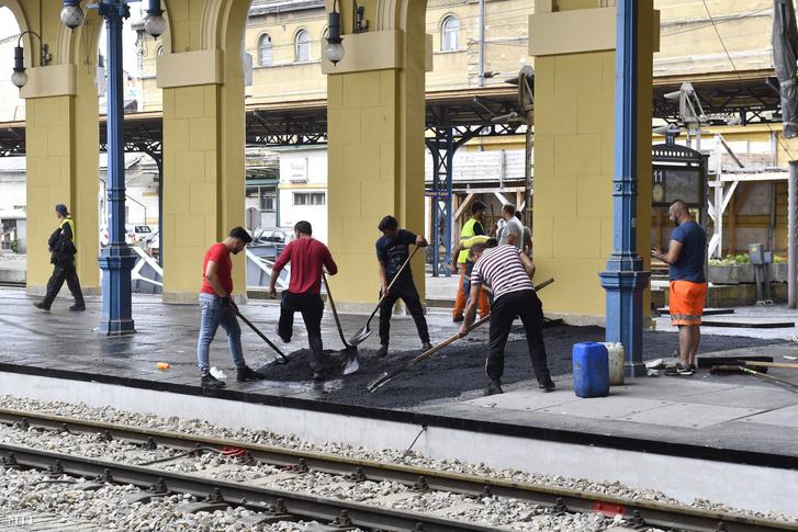 Aszfaltoznak a kéthetes karbantartás alatt álló Keleti pályaudvaron