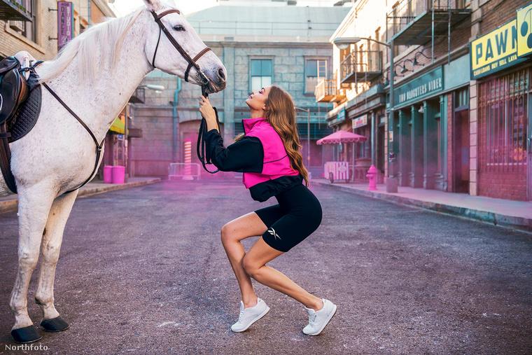Mindenesetre elnézve a cipője makulátlan fehérségét, a lóra még biztosan nem ült fel Hadid kisasszony