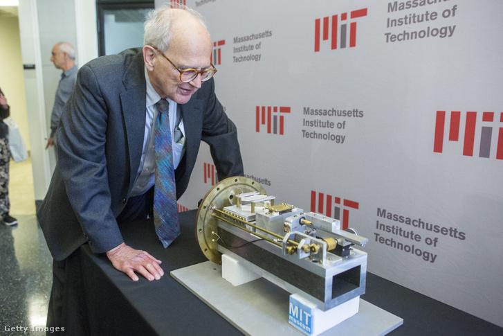 Rainer Weiss, az MTI fizika professzora néz egy 1974-es rádiófrekvenciás modulált teszt interferométert 2017-ben, Cambridge-ben