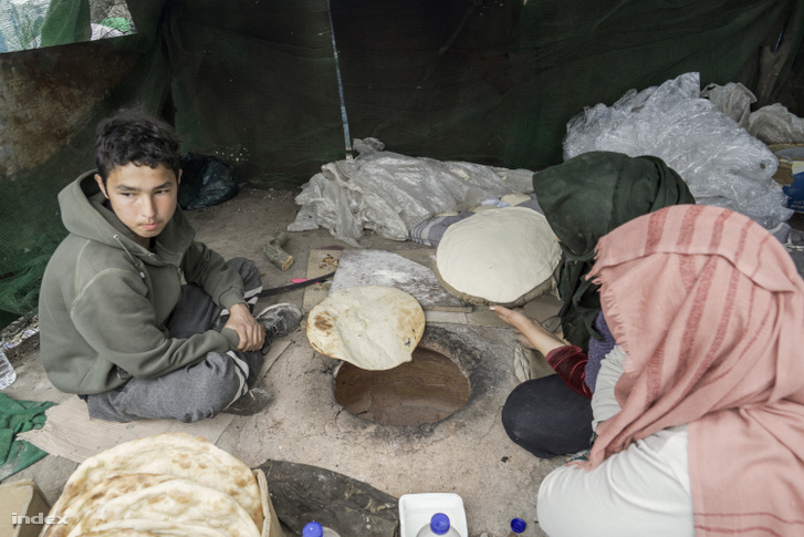 A menekülttáborban a pékek földbe ásott kis kemencékben sütik a kenyeret