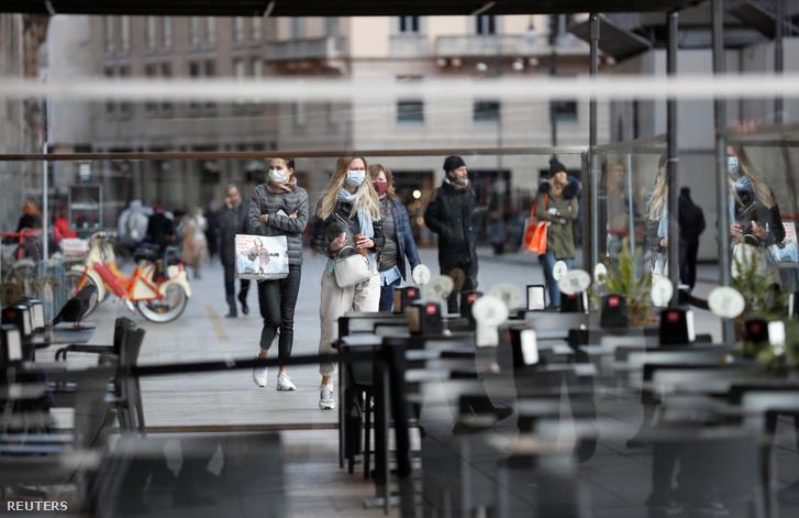 Üres bár a milánói Duomo téren 2020. február 26-án