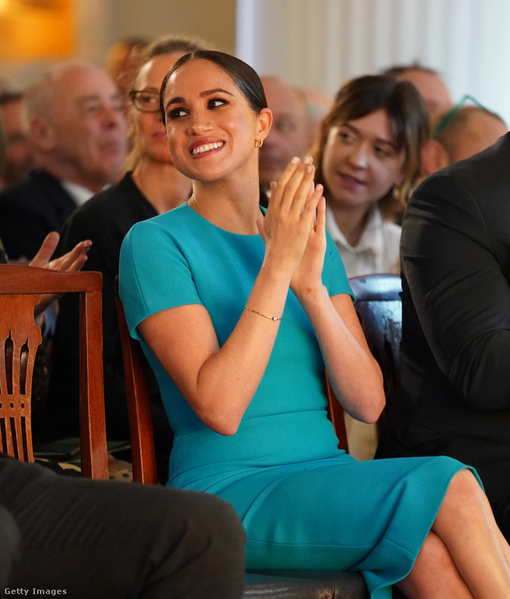 Ritkán szoktunk ilyesmire kitérni, de érdekes lehet, hogy a hercegné egy Victoria Beckham-ruhát viselt itt
