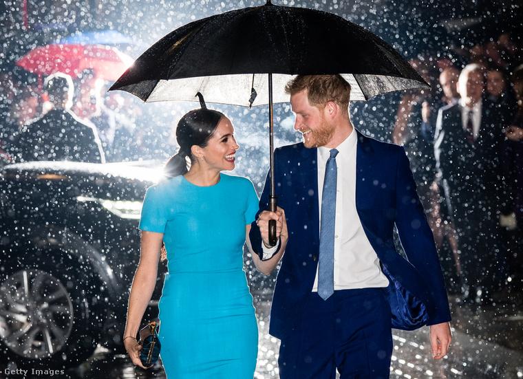 Ahová filmsztárokként tértek vissza: a sajtó egyből felkapta ezt a képet, ami egyrészt már-már megrendezetten jól sikerült, másrészt láthatóan jól érzik magukat, az esőtől pedig úgy néz ki, mint egy romantikus vígjáték csúcsjelenete.
