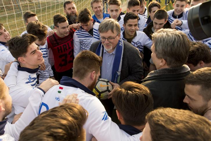 Dézsi Csaba András, Győr polgármestere (k) és a DAC Utánpótlás FC labdarúgói a győri DAC pálya ünnepélyes kulcsátadási ünnepségén 2020. február 17-én