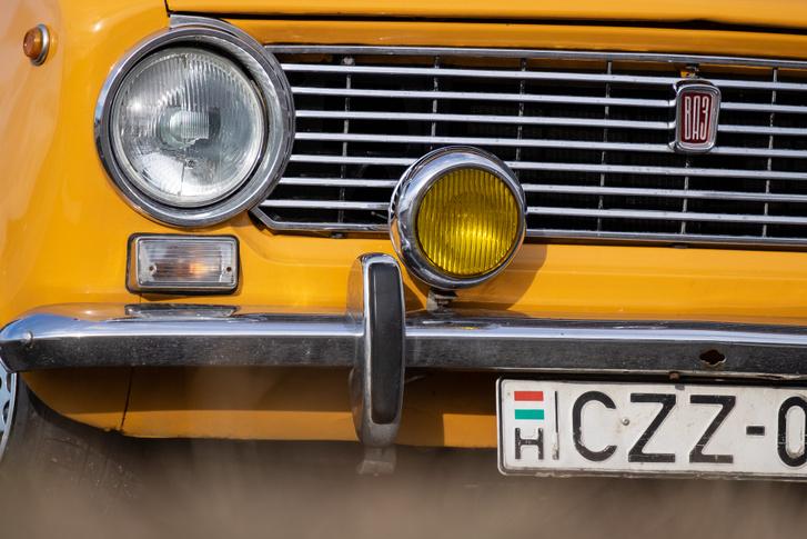 Egy szem PAL-ködlámpa, egyedi, cirillbetűs, de Fiat-foglalatos VAZ-embléma