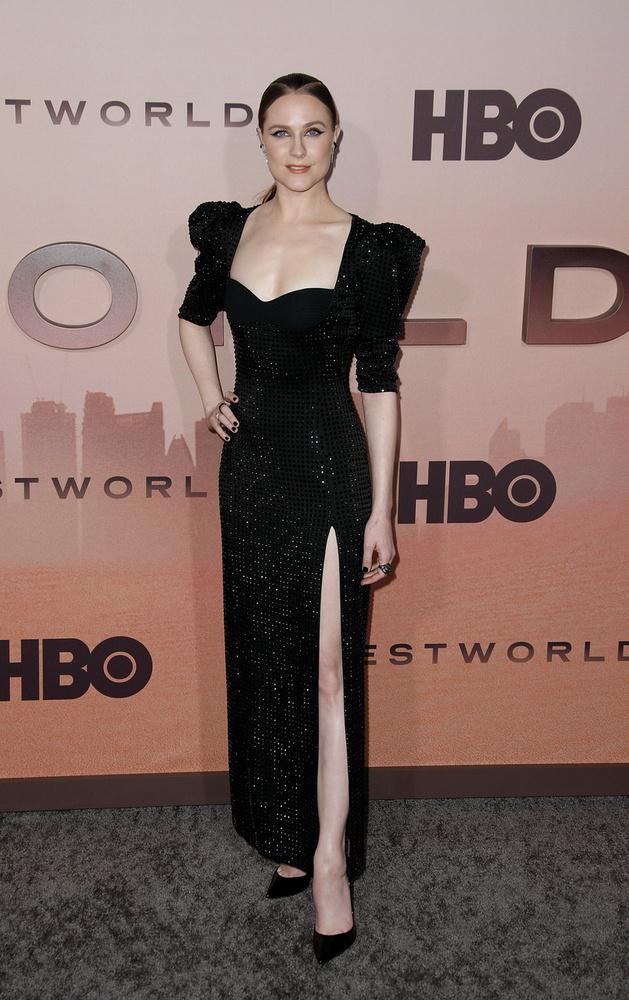 Evan Rachel Wood már dekoltázst, és lábat is villantott.