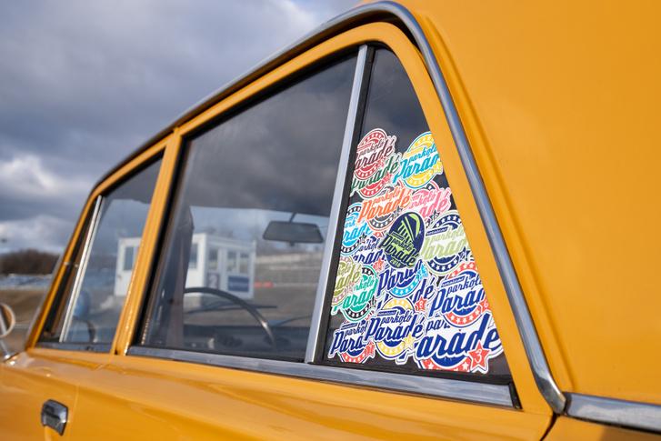 Majdnem minden Parkoló Parádé-matricát sikerült összeszednie a Totalcarnak az összetört ablak pótlására