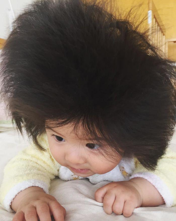 Ez a kislány bizony nem parókát hord.
