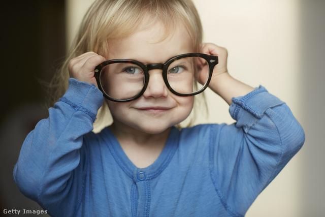 kisgyermek a szemésznél jobb látás 1