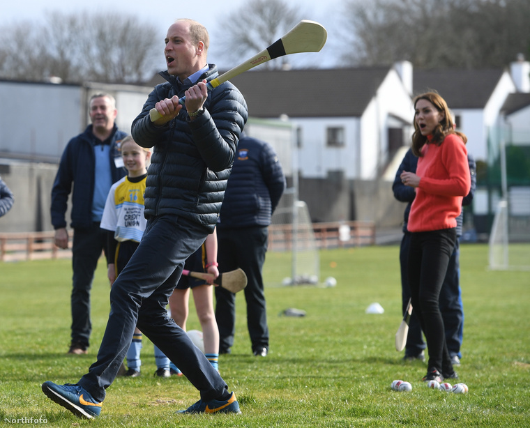 Míg Harry és Meghan Londonban tért vissza a királyi köztudatba, Vilmos herceg és Katalin írországi bazsalygókörúton vannak, hogy a Brexit ellenére jó maradjon a viszony.Galwayi tartózkodásuk alatt kipróbálták a hurling nevű sportot, és azt sem bánnánk, ha Katalin már nem is csinálna mást egész életében, olyan jól szórakoztunk a kipróbálás képein.Itt még megmutatjuk Vilmost, aki ugyancsak belekóstolt a dologba, de a továbbiakban a nejéről lesz csak szó.