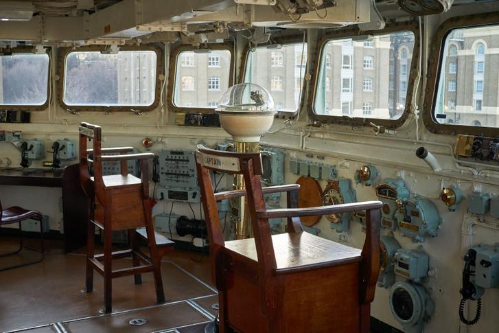 A kapitány széke kényelmetlennek tűnik, de eredetileg nyitott volt a híd, ami a Jeges-tengeren, télen, még egy faszéknél is kényelmetlenebb