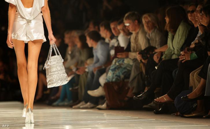Nem túl magas testtömegindexszel rendelkező modell egy 2007-es milánói divatbemutatón