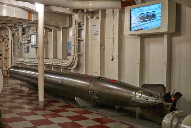 """Egy átépítés során leszerelték a torpedóvetőket, eredetileg azonban oldalanként három-három csőből indítottak """"halacskákat"""". Hat kilométerre is elment egy ilyen, de irányítás nélkül, tehát találni csak sokkal közelebbről lehetett"""