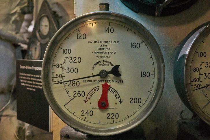 Találtam fordulatszámmérőt, igaz nem a főtengelyt, hanem a hajócsavart méri, és a kettő között van redukáló áttétel