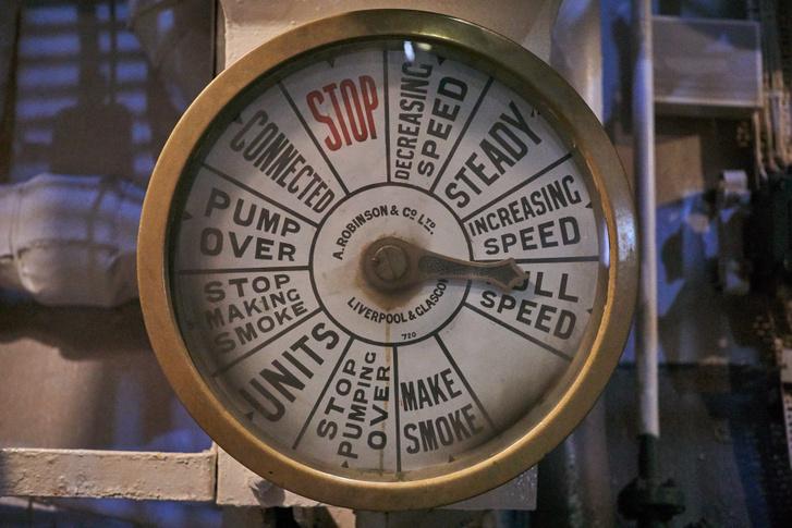 """A fűtők jelzőórája pont olyan, mint amit a filmekben látni, csak a """"make smoke"""" utasítás jelzi, hadihajóról van szó"""